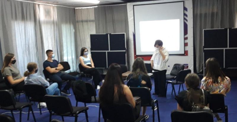 U sklopu prezentacije je obrađena tema emocionalne inteligencije učenica i učenika u nastavi, njenom značaju naročito u neizvjesnom vremenu globalne pandemije korona virusa Covid-19.